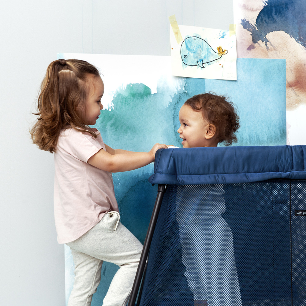 lit parapluie light babybjorn bleu fonc de babybjorn sur allob b. Black Bedroom Furniture Sets. Home Design Ideas