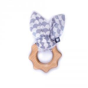 Hochet dentition bois et coton écailles gris et blanc