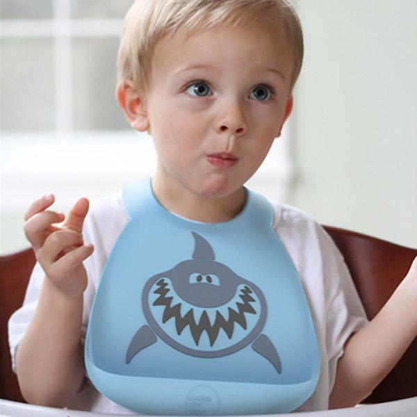 Bavoir en silicone souple le requin bleu et gris Bulle de bb