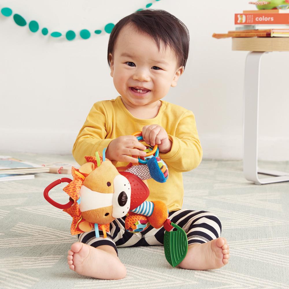 jouet d 39 veil b b lion de skip hop chez naturab b. Black Bedroom Furniture Sets. Home Design Ideas