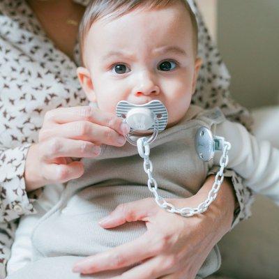 Attache sucette hygge baby ruban gris Suavinex