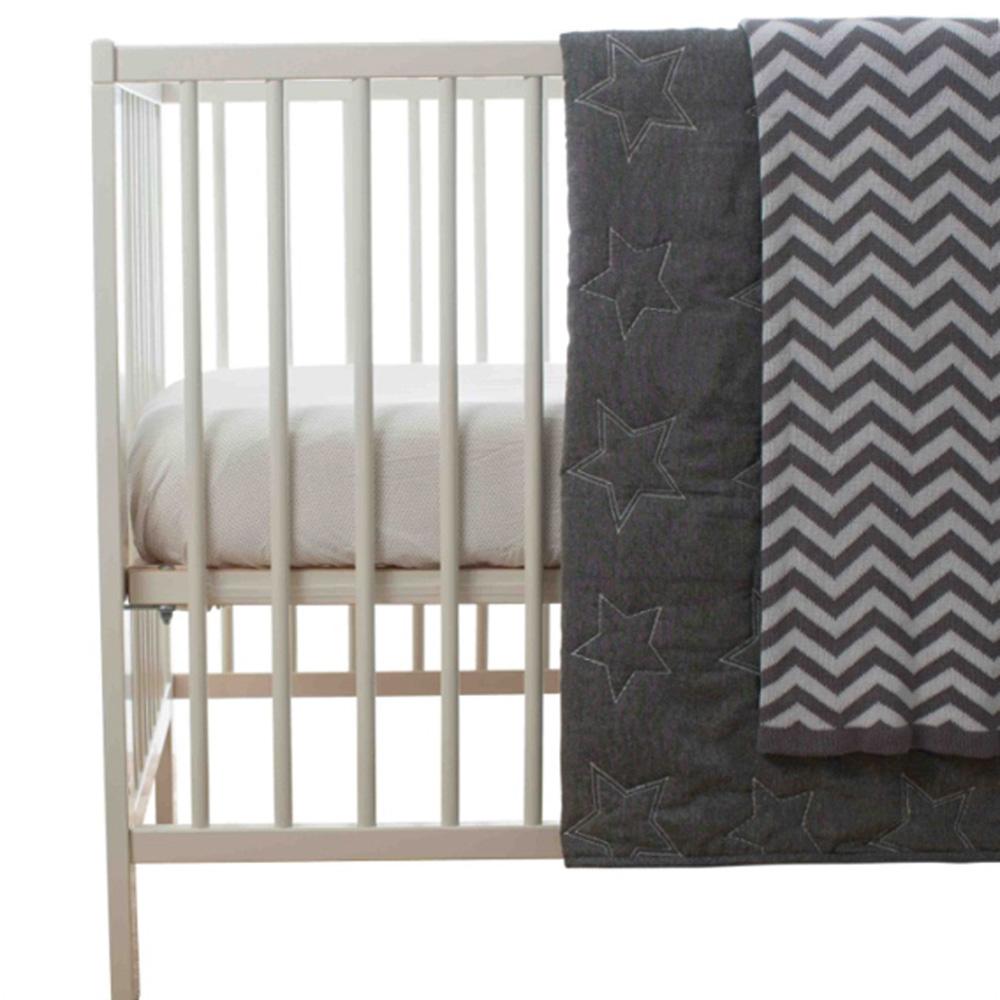 couvre lit b b toile gris de playgro sur allob b. Black Bedroom Furniture Sets. Home Design Ideas